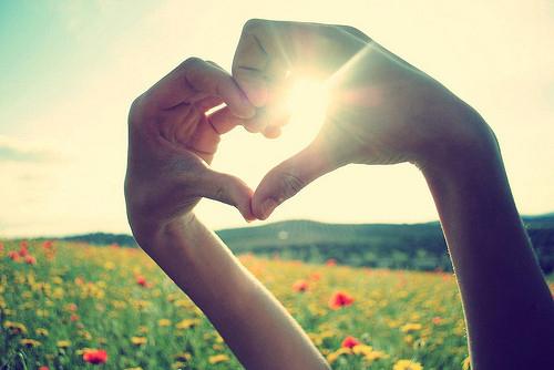 عکس خورشید در دست تصاویر عاشقانه