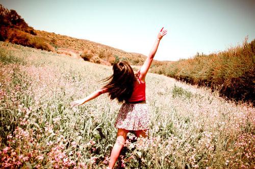 دویدن دختر در چمن زار عکس های عاشقانه جدید